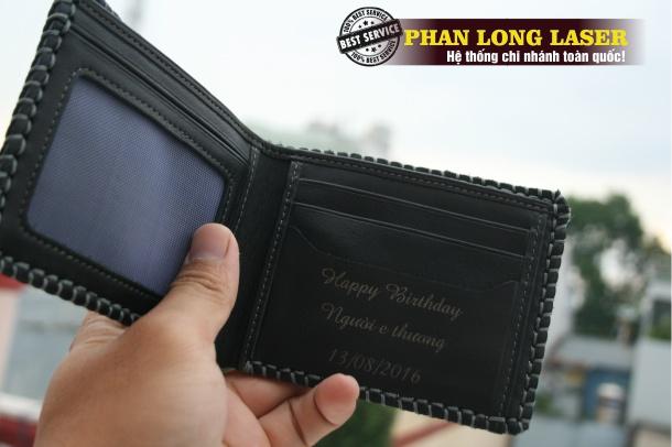 Mẫu ví da bò khắc tên cho khách hàng tại quận Cầu Giấy